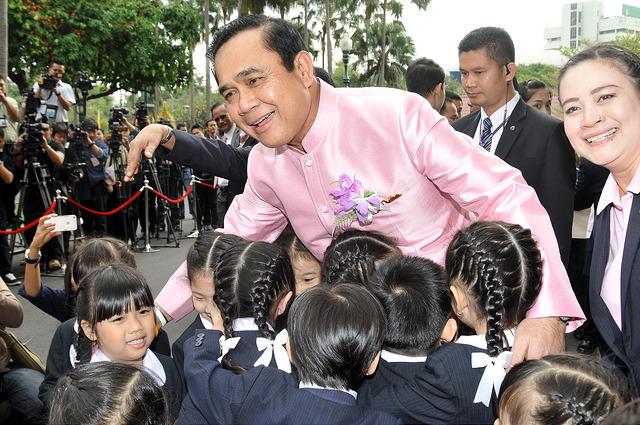 """นายกฯมอบคำขวัญวันเด็กประจำปี 2560 !!! """"เด็กไทยใส่ใจศึกษา พาชาติมั่นคง"""""""