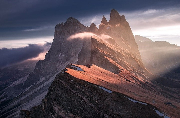 """""""เปลวไฟที่แข็งเป็นหิน…!!! """"ภูเขา Odle """" แห่งเทือกเขา Dolomites"""