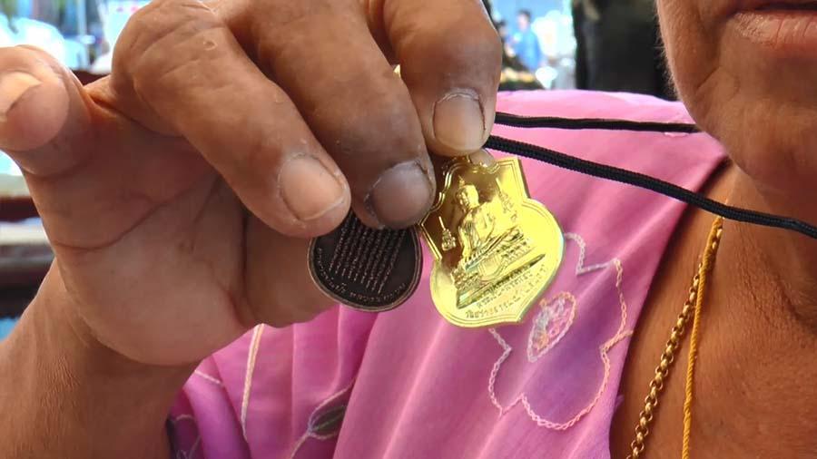 """ฮือฮา!!! """"สาวใหญ่นำไข่ไก่ 10,000 ฟองเเก้บน"""" หลังได้โชคลาภ ถูกสลากฯ กว่า 100 ใบ!!!"""