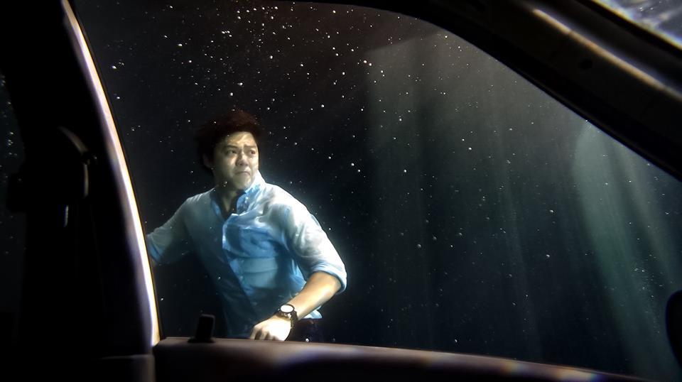 """สปิริตแรง!! """"หมาก-ญาญ่า"""" ถ่ายฉากรถจมน้ำในละคร """"คลื่นชีวิต"""" (ชมคลิป)"""