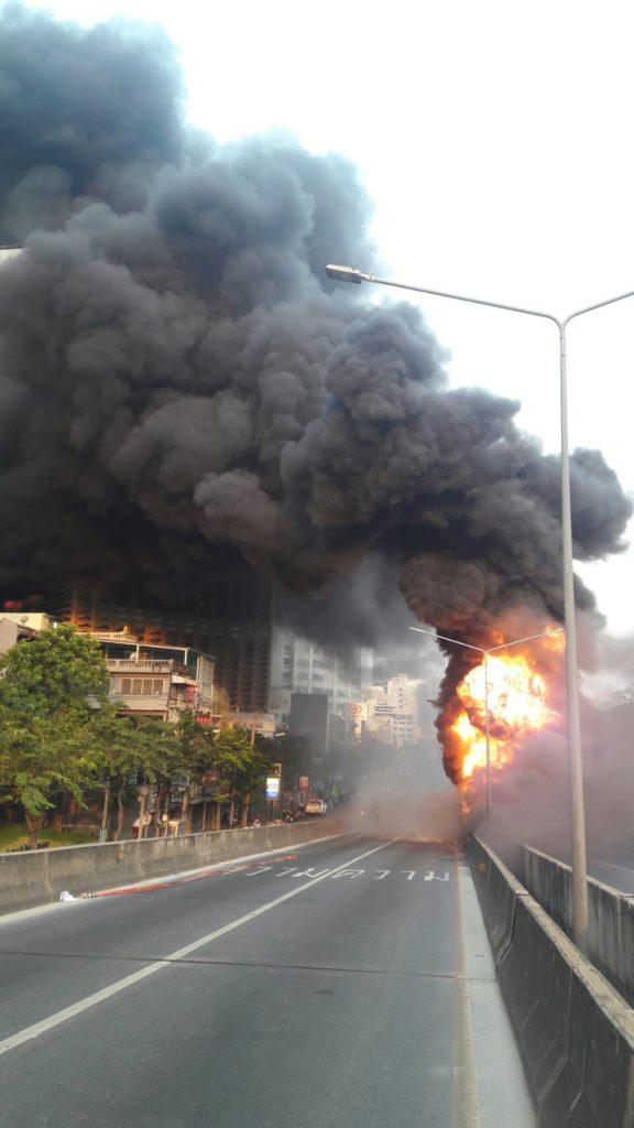 เหตุเพลิงไหม้ ที่เก็บถังขยะ ใต้สะพานไทยเบลเยี่ยม ส่งผลรถติดหนักมาก(มีคลิป)