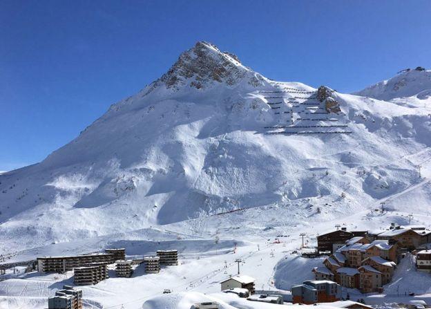 """ระทึก!!! """"หิมะถล่มทับรีสอร์ท"""" บริเวณเทือกเขาแอลป์ ในฝรั่งเศส พบผู้เสียชีวิต 4 ราย สูญหาย 5 คน!!!"""