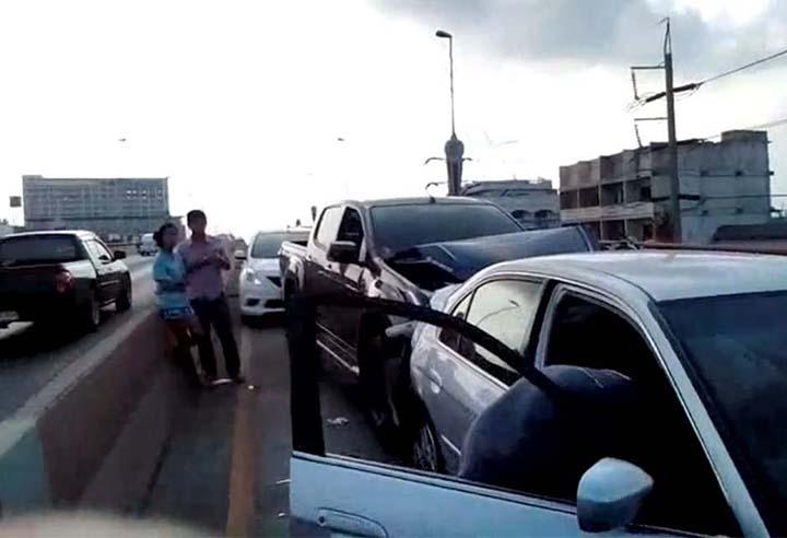 """หนุ่มใจดี!! """"จอดรถลงไปช่วยเเมวที่พลัดหลงบนสะพาน"""" รถตามหลังมา ชนสนั่น 5 คันรวด!!!"""