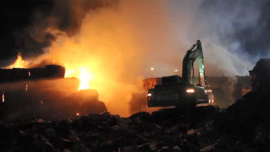 """ระทึกกลางดึก!!! """"ไฟไหม้โรงงานกระดาษเมืองปราจีนฯ"""" คาดเสียหายกว่า 7 ล้านบาท!!!"""