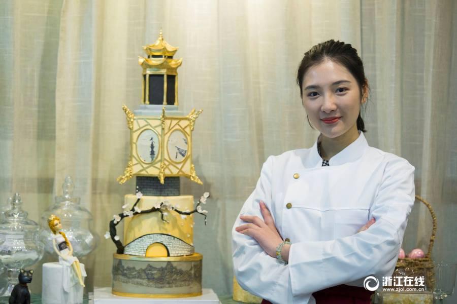 """สวยจนไม่กล้ากิน! เชฟสาวแสนสวย ทำเค้กงานปั้นน้ำตาล โดยมีต้นแบบจาก """"ทะเลสาปซีหู"""""""