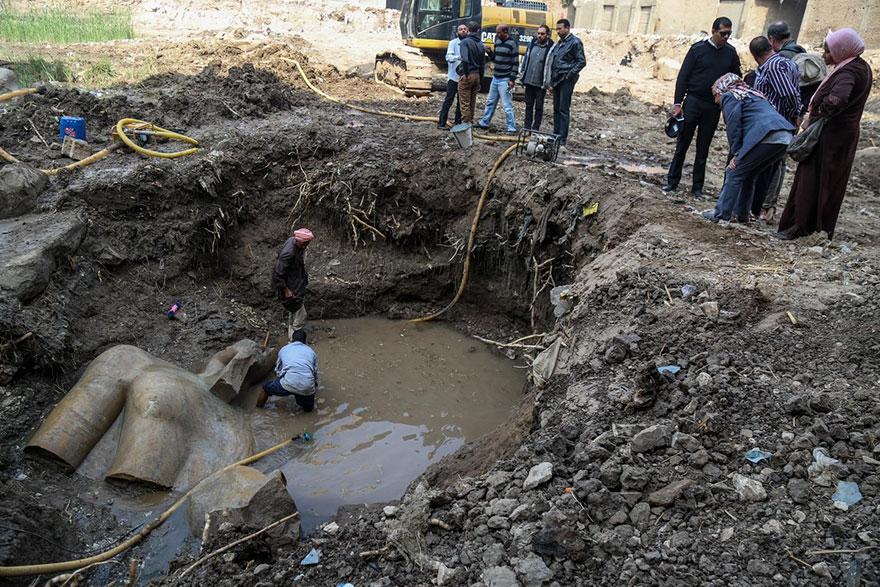 """การค้นพบครั้งสำคัญ!!! """"พบรูปปั้นฟาโรห์ Ramses II อายุ 3,000 ปี"""" ซ่อนอยู่ใต้สลัม Matariya ของประเทศอียิปต์!!!"""