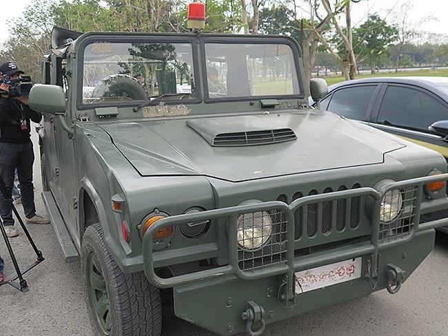 มีมือซุ่มยิงด้วย! ทหารขับรถลาดตระเวนรอบวัดพระธรรมกาย โดนมือมืดลอบยิงโดนกระจกรถแตก