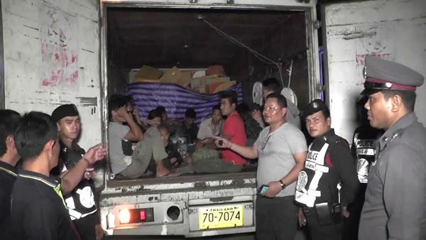 ส่งแบบไม่ลงทะเบียน! 6 ล้อขนส่งไปรษณีย์ไทย ยัดไส้แรงงานต่างด้าวเพียบ