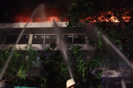 ระทึก!!! ไฟไหม้อาคารการประปาส่วนภูมิภาค ชั้น 4 เสียหายทั้งหมด (ชมคลิป)