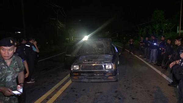 """พบแล้วรถถูกขโมย!!! """"คนร้ายขับรถแหกด่าน"""" ทิ้งรถวิ่งหลบหนี คาดเตรียมก่อเหตุคาร์บอมบ์!!!"""