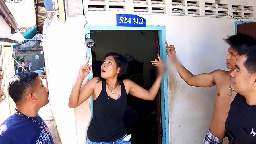 """กล้องไม่ช่วยอะไร!!! """"แม่ค้ายาบ้าหัวใส"""" ติดกล้องรอบบ้านไว้ดูตำรวจ สุดท้ายถูกล่อซื้อบุกรวบคารัง!!!"""