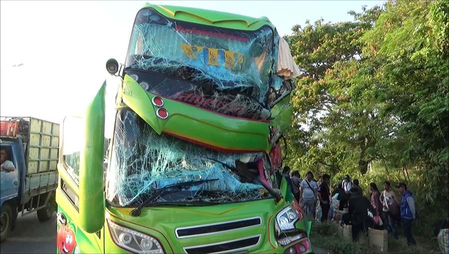 """เกือบไม่ได้เที่ยวสงกรานต์!!! โชเฟอร์รถทัวร์ขนชาวพม่ากลับบ้าน """"หลับในพุ่งอัดท้ายรถพ่วง เจ็บนับสิบ"""" คนขับเผยเพิ่งทำสิ่งนี้มา!!!"""