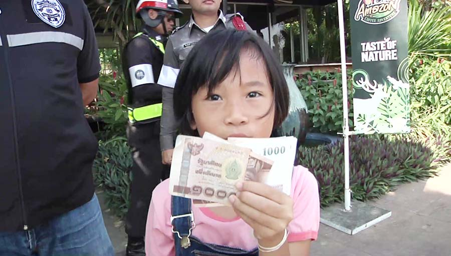 """ด.ญ. 8 ขวบ น้ำใจงาม!!! """"เจอเงิน 7,000 บาท"""" นำส่งตำรวจ เพื่อตามหาเจ้าของ!!!"""