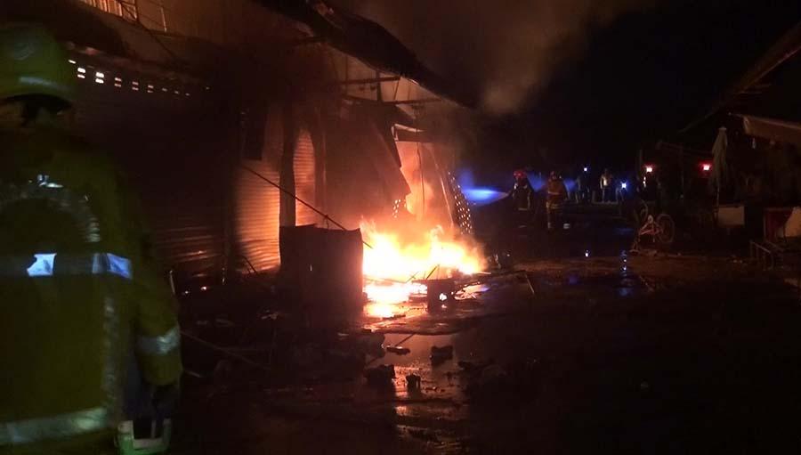 """ระทึกกลางดึก!!! """"เกิดเหตุเพลิงไหม้ตลาดโรงเกลือ อรัญประเทศ"""" เผาวอดเสียหาย 20 ห้อง!!!"""