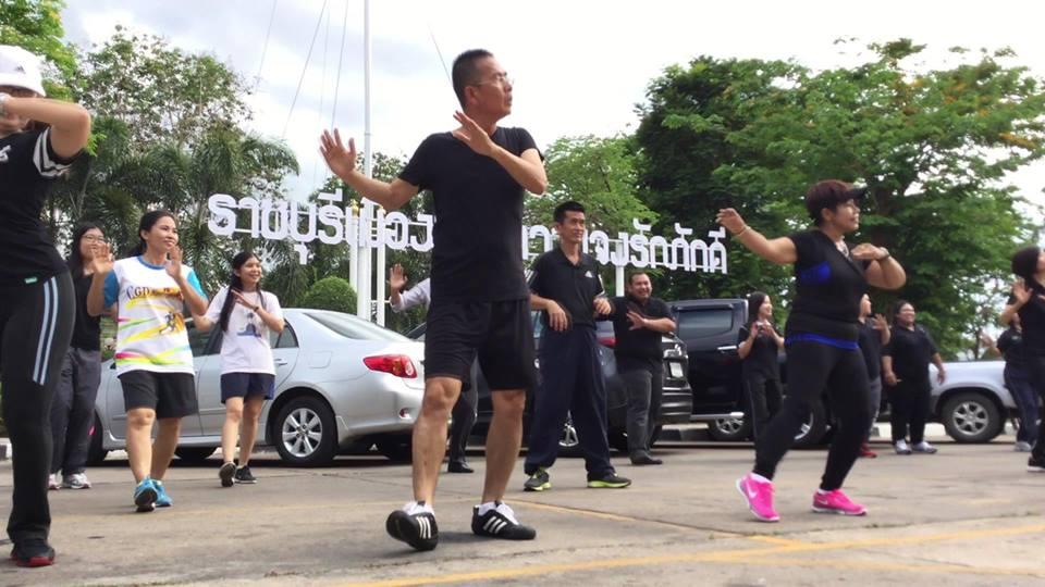 แห่ชื่นชม!!! ผู้ว่าฯเมืองราชบุรี  ลุยกวาดถนนเอง เล่นสะอาดไปทั้งถนน