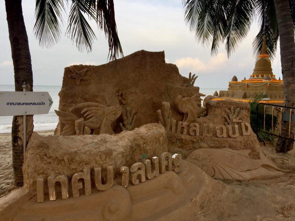 รวมภาพความสวยงาม ประเพณีก่อเจดีย์ทราย ในงานสงกรานต์วันไหล