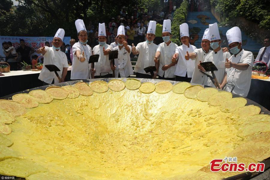"""กินทั้งหมู่บ้าน! พ่อครัวแดนมังกร โชว์ฝีมือทำ """"ไข่เจียวยักษ์"""" เส้นผ่าศูนย์กลาง 3 เมตร"""