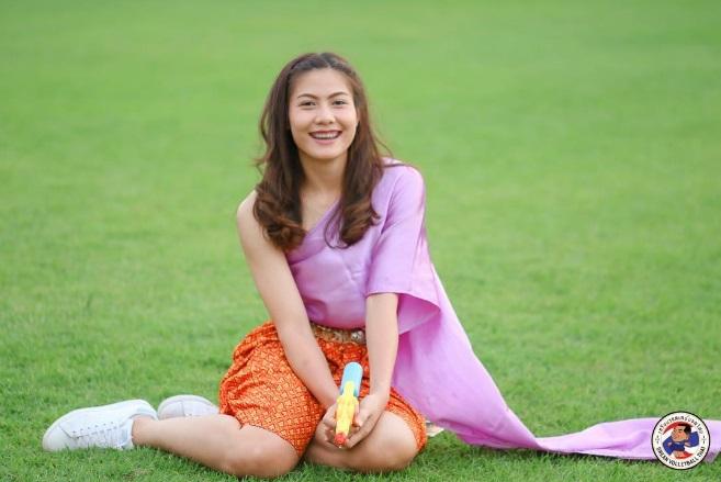 สลัดชุดนักกีฬา นุ่งโจงกระเบน ห่มสไบ ส่อง 10 ภาพนักวอลเลย์สาวขวัญใจชาวไทย