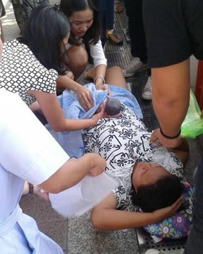 """แห่ชื่นชมทีมเเพทย์!!! """"ช่วยสาวพม่าท้องแก่"""" ทำคลอดทารกบนสกายวอล์ค!!!"""