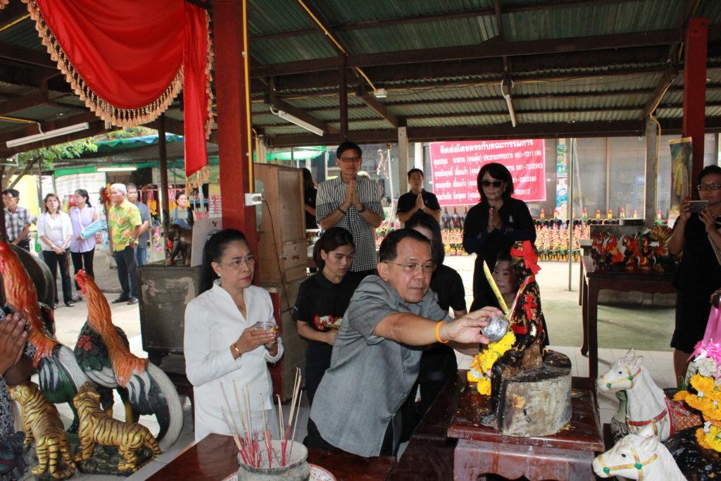 พ่อเมืองสระแก้ว เป็นประธานปล่อยขบวนแห่พระพุทธรูปศักดิ์สิทธิ์  ในงานวันไหลสระแก้ว ส่งท้ายเทศกาลสงกรานต์