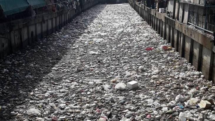 ถึงกับอึ้ง! เมื่อเห็นสภาพคลองเตย น้ำแห้งขอด ขยะโฟมพลาสติกเต็มไปหมด