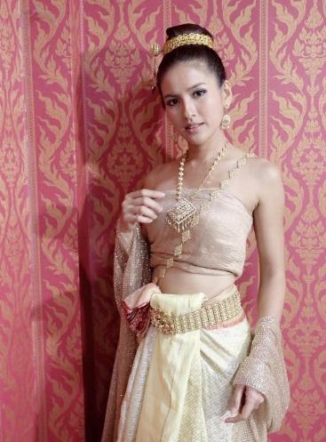 """ส่อง 13ภาพ 3 นางเอก  ใส่ชุดไทย มางาน """"ทอดผ้าป่า"""""""