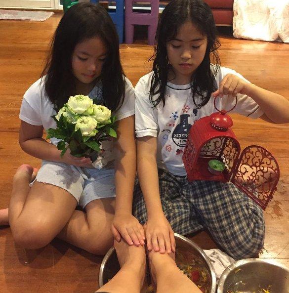 """""""กิ๊ก สุวัจนี"""" เป็นปลื้ม!! ลูกสาวทำซึ้ง!! """"ล้างเท้าให้แม่""""  พีค! กว่านั้นคือผ้าที่เอามาเช็ดเท้า"""