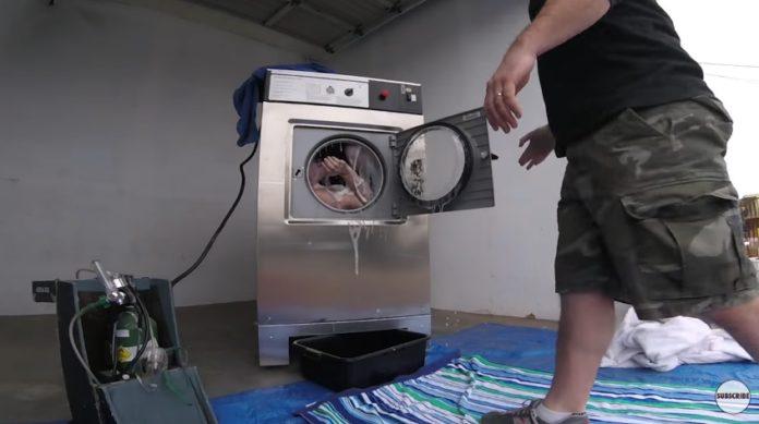 หนุ่มใจเด็ด!!! ยัดตัวเองเข้าเครื่องซักผ้าที่กำลังปั่น ท้าความตายจะออกมาได้ไหมไปดู (มีคลิป)