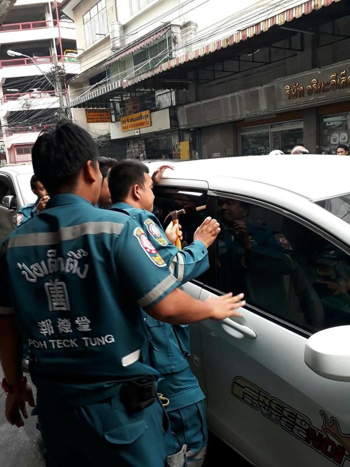 พ่อมักง่าย! ดับเครื่องทิ้งลูก 2 ขวบไว้ในรถ กู้ภัยช่วยออกมา ยังโดนโวยอีกทำรถเป็นรอย
