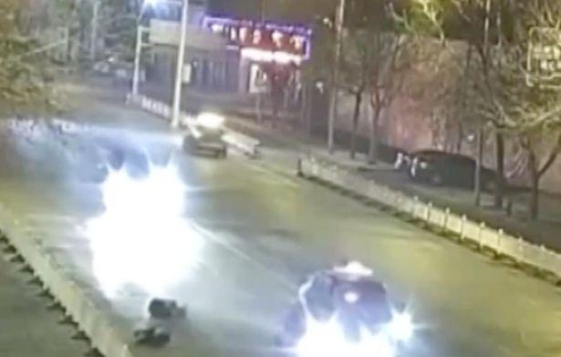 คู่รักยืนจูบกันกลางถนน โชคร้าย!!! ถูกรถเมาแล้วขับชนดับ 1 ราย