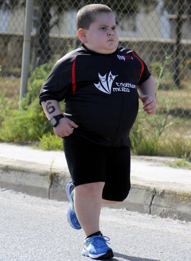"""หนุ่มน้อยผู้ไม่ยอมเเพ้!! """"ต่อสู้กับโรคประหลาด"""" เพื่อยื้อชีวิตด้วยการออกกำลังกาย!!!"""