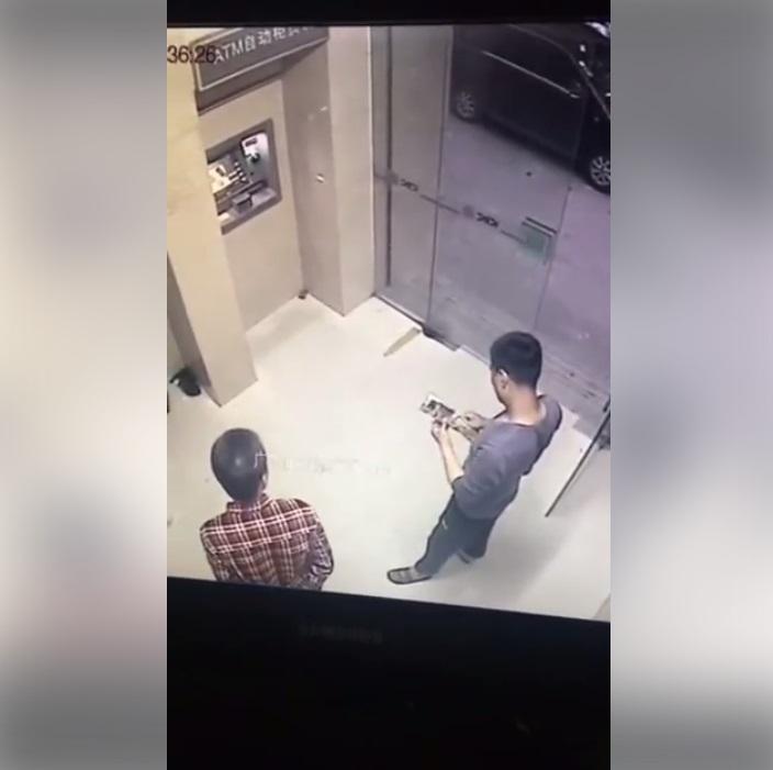 """อุทาหรณ์กดเงินที่ """"ตู้ ATM"""" ระวัง!! คนข้างๆให้ดี (ชมคลิป)"""