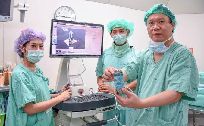 """สำเร็จแล้ว โรงพยาบาลรามาธิบดีสร้าง """"หุ่นยนต์ช่วยผ่าตัดสมองแห่งแรกในเอเชีย"""" ได้สำเร็จ"""