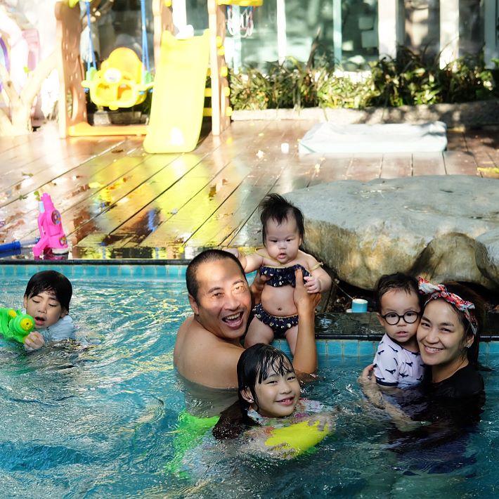 """ส่อง!!! ภาพความเฮฮาของครอบครัว """"เปิ้ล -จูน"""" กับความน่ารักของ 4ออ 4แสบ"""