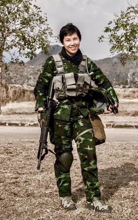 """สวยใสไม่ธรรมดา! """"ผู้กองลิน"""" ทหารหญิงของหน่วยรบพิเศษ ที่ประวัติสุดยอดมาก"""
