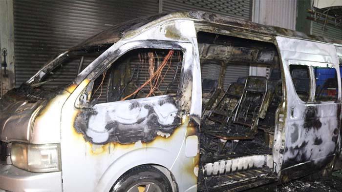 เผลอแป๊บเดียว!!!! เจ้าของรถตู้จอดเปิดเครื่องเสียงนั่งดื่มสุรา ไฟไหม้!!!! วอดทั้งคัน