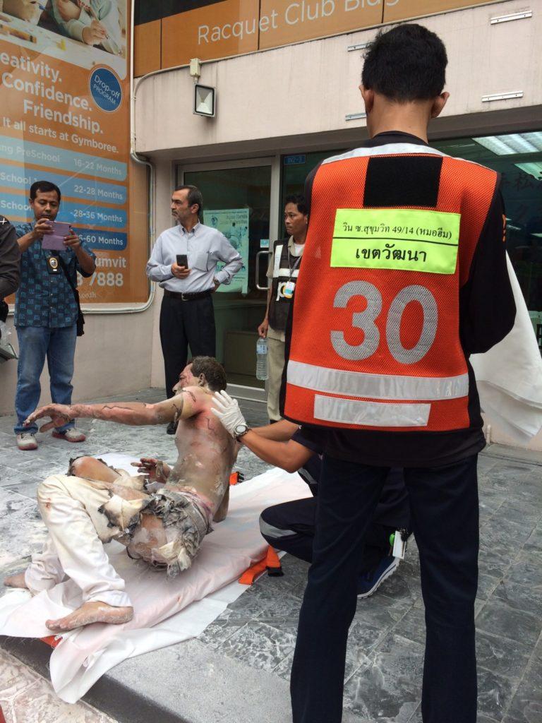สุดหวาดเสียว! หนุ่มต่างชาติใช้น้ำมันราดตัวก่อนจุดไฟเผาตัวเอง หน้าสถานทูตอิหร่าน(มีคลิป)
