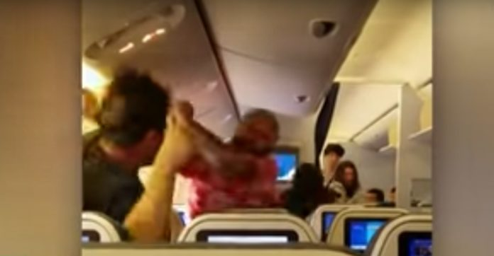 รวบแล้ว!!!!! หนุ่มมะกันก่อเหตุทะเลาะวิวาทบนเครื่องบิน (มีคลิป)