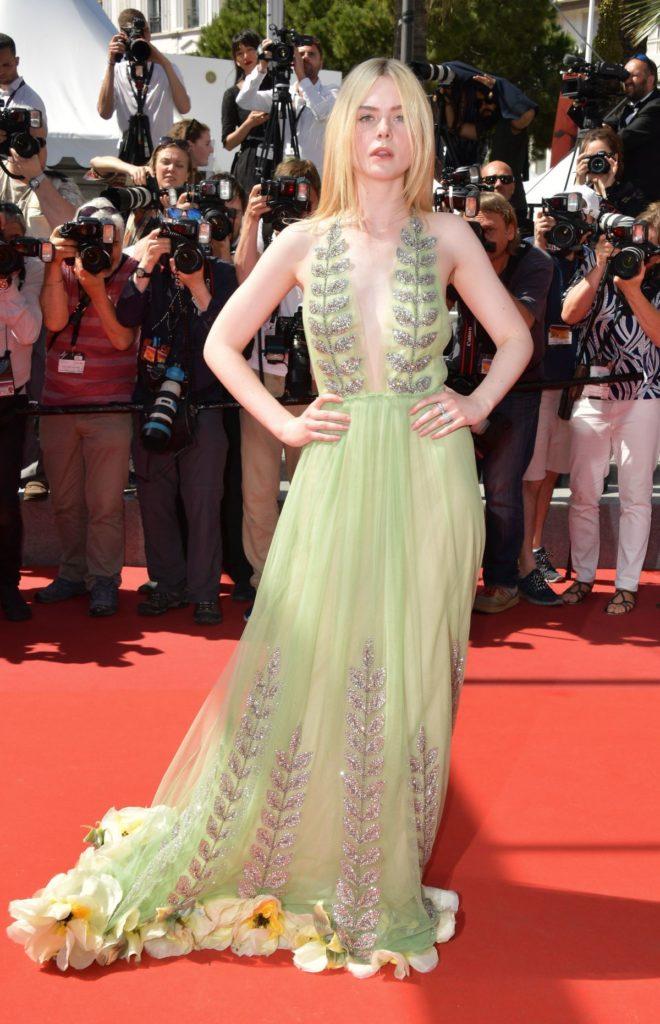 เก็บตก พรมแดงเมืองคานส์ Elle Fanning กับชุดเดรสลูกไม้สุดพีคจากแบรนด์ Gucci