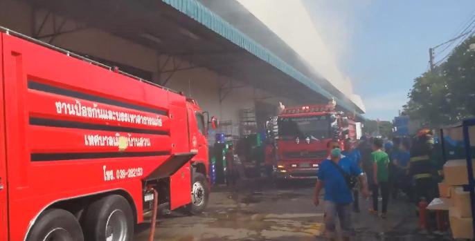 หนีตายอลหม่าน!!! ไฟไหม้โรงงานผลิตอะไหล่เมืองชล ลามเผารถ 10 คัน เจ็บ 4 (ชมคลิป)