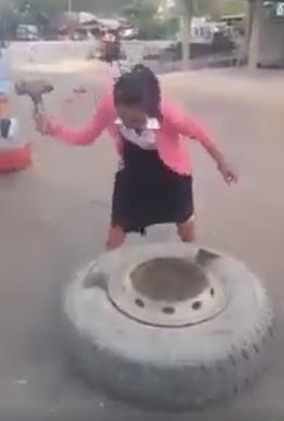 หญิงไทยไม่แพ้ชาติใดในโลก! มาดูนักศึกษาสาวที่ช่วยพ่อทำงานช่าง! (ชมคลิป)