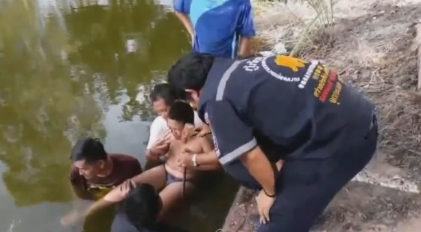 โชคร้าย!!!  ด.ช.วัย 11 โดดน้ำเล่น โดนเหล็กเสียบเท้าทะลุ นอนแช่น้ำเป็นชั่วโมง! (ชมคลิป)