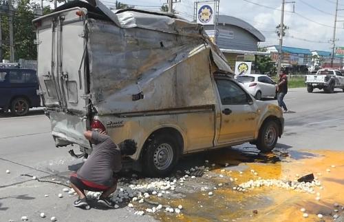 ผอ.ขับรถเปลี่ยนเลนกะทันหัน ชนรถบรรทุกไข่เป็ดแตกเรียบ 20,000 ฟอง (ชมคลิป)