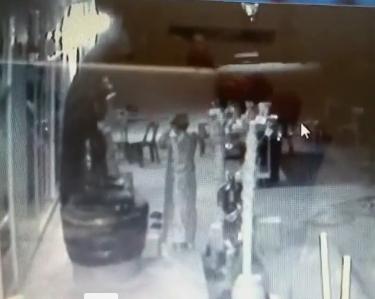 ทำเอาขนลุก!!! หญิงแก่ใส่ชุดไทย เดินในวัดกลางดึก เช้าหลอนหนัก เงินทำบุญหายเกลี้ยง!