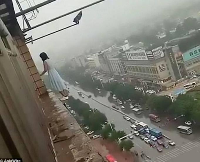 ระทึก!!! ชาวบ้านลุ้น วินาทีช่วยชีวิตสาวจีน กระโดดตึกหวังฆ่าตัวตาย! (ชมคลิป)