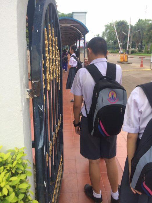 ไม่รู้ต้องรออีกนานแค่ไหน!!! โรงเรียนดัง สั่งนร.5พันคนเข้าแถวเรียงหนึ่งไหว้ครูหน้าประตูตอนเช้า