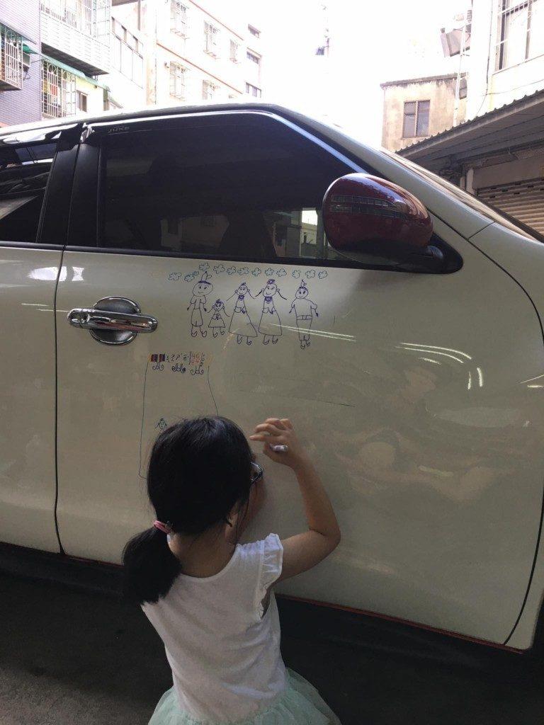 น่ารัก!!  ภาพน่ารัก เมื่อลูกสาววาดรูปเตือนพ่อเรื่องการขับรถ
