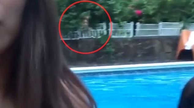 """ถึงกับผวา!!! นักร้องสาวลูกครึ่งถ่ายคลิปเซลฟี่ ดันเจอเงา """"ผี"""" โผล่ริมสระว่ายน้ำ (ชมคลิป)"""