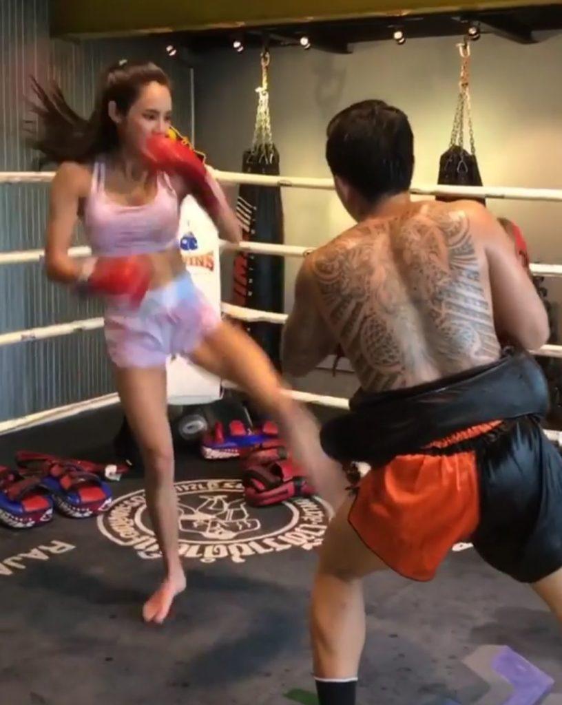 """เล่นเอาผู้ชายกลัว! """"เบเบ้"""" เรียนมวยไทย เตะหนักแค่ไหน (ชมคลิป)"""