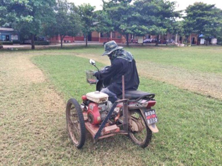 ภารโรงสุดเจ๋ง!! แปลงรถพ่วงใช้ตัดหญ้าสนามฟุตบอล